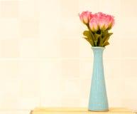 Rose de rose sur le pot bleu. Photos stock