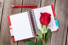 Rose de rouge au-dessus de bloc-notes Photos libres de droits