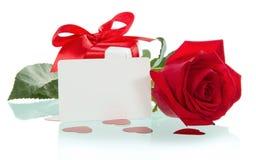 Rose de rouge avec des pétales et carte cadeaux vierge pour le texte Photo libre de droits