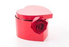 Rose de rouge avec la boîte rouge de coeur Photos stock