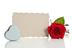 Rose de rouge avec la boîte sous forme de coeur Photos stock