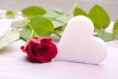 Rose de rouge avec la décoration de coeur Image stock