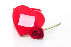 Rose de rouge avec la note de papier rose et la boîte rouge de coeur Photographie stock libre de droits