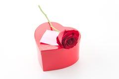 Rose de rouge avec la note de papier rose et la boîte rouge de coeur Photo stock