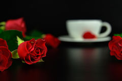 Rose de rouge avec la tasse de café le soir Photos libres de droits