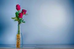 Rose de rouge avec le coeur et l'alphabet en bois Photo stock