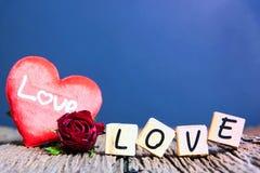 Rose de rouge avec le coeur et l'alphabet en bois Photo libre de droits
