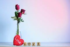 Rose de rouge avec le coeur et l'alphabet en bois Photographie stock