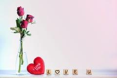 Rose de rouge avec le coeur et l'alphabet en bois Images libres de droits