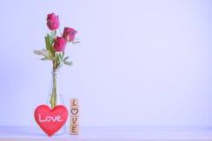 Rose de rouge avec le coeur et l'alphabet en bois Photographie stock libre de droits