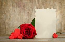 Rose de rouge avec le papier pour des valentines des textes et de handemade autour Images stock