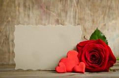 Rose de rouge avec le papier pour des valentines des textes et de handemade autour Photos stock