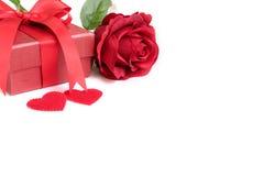 Rose de rouge avec le présent et deux coeurs Photo stock