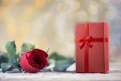 Rose de rouge avec le présent sur le beau fond pour le ` s DA de Valentine Images libres de droits