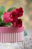 Rose de rouge avec le présent sur le beau fond pour le ` s DA de Valentine Photographie stock libre de droits