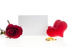 Rose de rouge avec les bagues à diamant et la carte vierge Photographie stock libre de droits