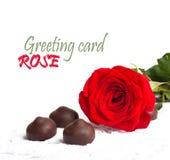 Rose de rouge avec les feuilles et le chocolat de vert Photos stock