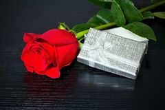 Rose de rouge avec surprise dans une boîte sur la table de luxe Pour des amants Rose et coeur sur la table en bois Image stock