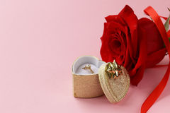 Rose de rouge avec un anneau d'or avec un diamant Photo libre de droits