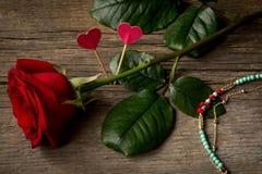 Rose de rouge, coeurs et bijouterie de bracelet Photos libres de droits