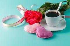 Rose de rouge, coeurs, fond de Valentine Images libres de droits