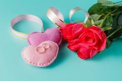 Rose de rouge, coeurs, fond de Valentine Image libre de droits