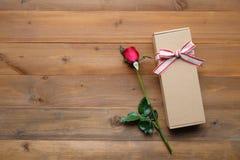 Rose de rouge et boîte-cadeau de vintage sur le fond en bois de vintage Photos libres de droits