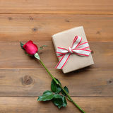 Rose de rouge et boîte-cadeau de vintage sur le fond en bois de vintage Images libres de droits