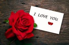 Rose de rouge et carte blanche Photos stock