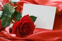 Rose de rouge et carte d'invitation Photographie stock