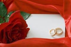 Rose de rouge et carte d'invitation Photo libre de droits