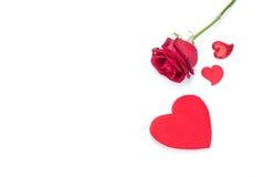 Rose de rouge et carte de voeux en forme de coeur d'isolement Photos libres de droits