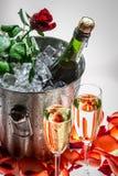 Rose de rouge et champagne froid pour la Saint-Valentin Photo stock
