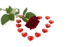 Rose de rouge et chocolat de forme de coeur Photos stock