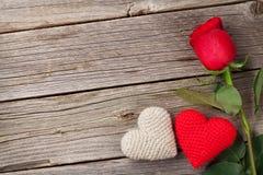 Rose de rouge et coeurs de jour de valentines sur le bois Photo stock
