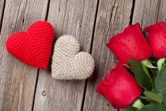 Rose de rouge et coeurs de jour de valentines sur le bois Image libre de droits