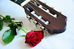 Rose de rouge et cou de guitare Photographie stock libre de droits