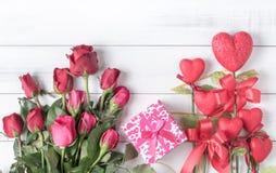 Rose de rouge et de rose avec le boîte-cadeau et coeur rouge de forme sur le vieux vintag Photo stock