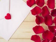 Rose de rouge et enveloppe rose Photographie stock libre de droits