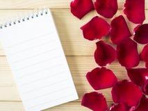 Rose de rouge et page 10 de carnet Image stock