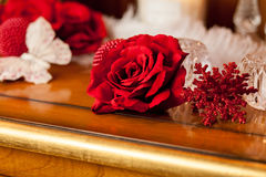 Rose de rouge et papillon blanc Images stock