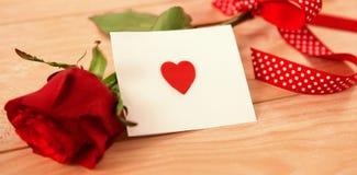 Rose de rouge et une enveloppe rouge de coeur Image stock