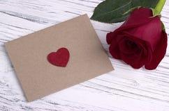 Rose de rouge et une enveloppe rouge de coeur pour la valentine Image libre de droits