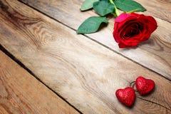 Rose de rouge de jour de valentines et deux coeurs de scintillement, l'espace de copie Photographie stock libre de droits