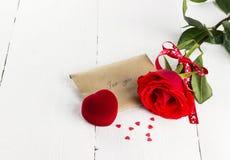 Rose de rouge, message d'amour, cercueil avec un anneau Photographie stock