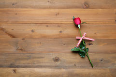 Rose de rouge sur le fond en bois de vintage Photos libres de droits
