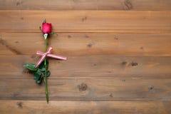 Rose de rouge sur le fond en bois de vintage Image stock
