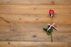Rose de rouge sur le fond en bois de vintage Image libre de droits