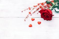 Rose de rouge sur le fond en bois, pour le jour de valentines images stock