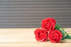 Rose de rouge sur le vieux bois photos libres de droits